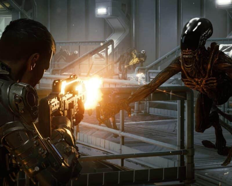 Członek jednostki specjalnej broni się w miejscu opanowanym przez ksenomorfy.