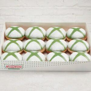 Next-genowe pączki Microsoftu, pudełko z pączkami z białym cukrem pudrem i znaczkami X z zielonego lukru